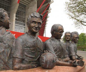 Kaiserslauterer Fußballnostalgie: Die Statue der fünf Lauterer Fußballweltmeister von 1954 um die FCK-Ikone Fritz Walter steht vor dem Fritz-Walter-Stadion auf dem Betzenberg. (Quelle: Andreas Erb)