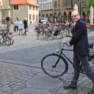 OBM Markus Lewe mit Fahrrad auf dem Lambertikirchplatz in Münster (Quelle: Stadt Münster/Britta Roski)