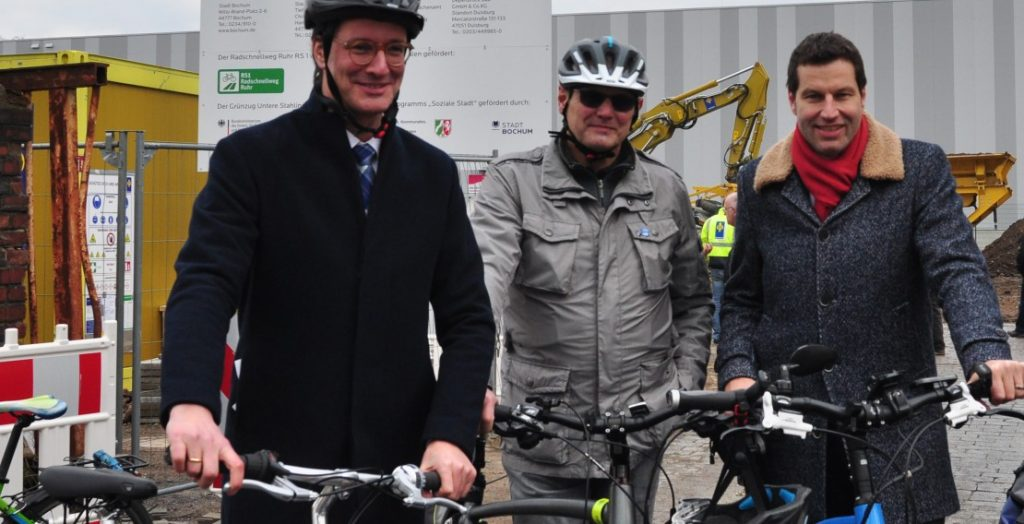 In stilechter Radfahrerkluft beim Spatenstich für den Radschnellweg Ruhr in Bochum mit Minister Hendrik Wüst und OBM Thomas Eiskirch (Quelle: Stadt Bochum)