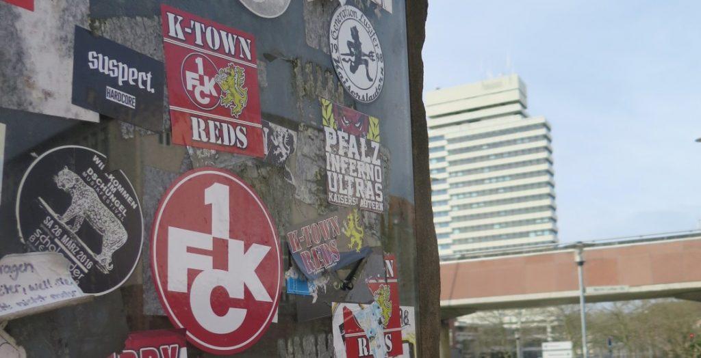 Zwischen FCK, Rathaus und Pfalztheater: eine mit FCK-Stickern verschmierte Tafel in Kaiserslautern (Quelle: Andreas Erb)