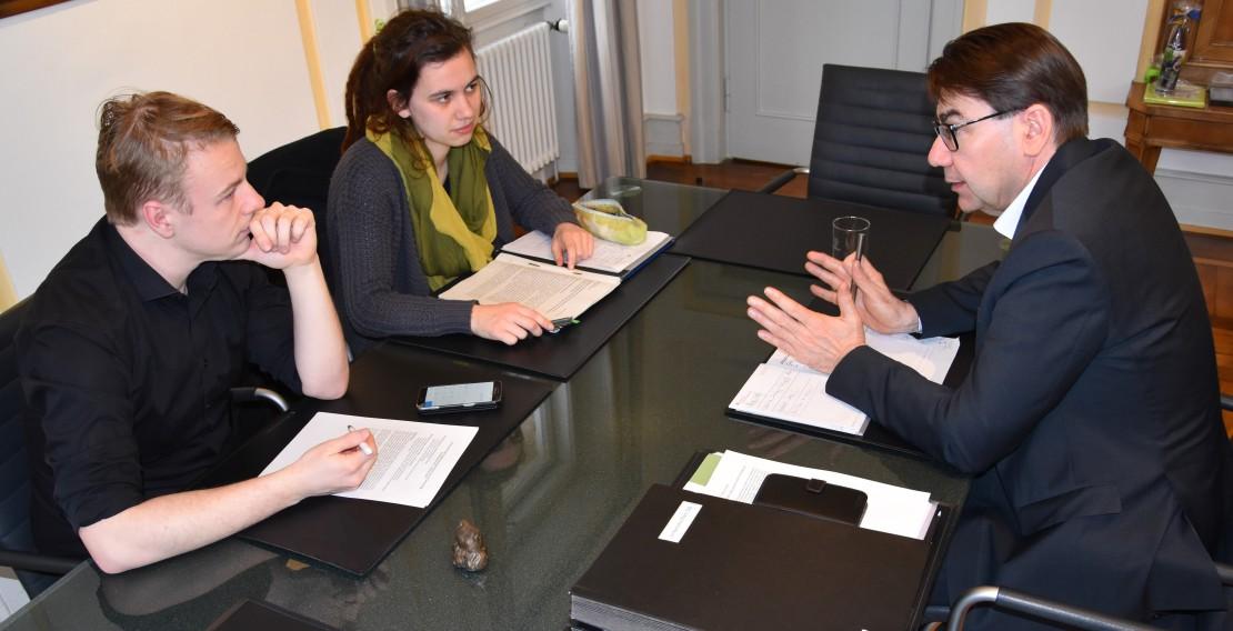 Diskussion über die Unifusion: OBM Thomas Hirsch aus Landau (rechts) mit dem Landauer Beigeordneten und Universitätsdezernenten Lukas Hartmann (links) sowie der städtischen Universitätsbeauftragten Hannah Trippner. (Quelle: Stadt Landau)