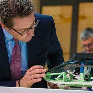 """Nimmt das Flugtaximodell """"SkyCab"""" in Aachen unter die Lupe: Bundesverkehrsminister Andreas Scheuer (Quelle: BMVI)"""