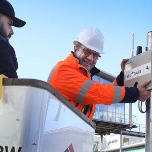 Installiert die Roadside Unit für autonomes Fahren an einer Ampel in Stuttgart: Jochen Hutt, rechts (Quelle: Landeshauptstadt Stuttgart/Thomas Hörner)