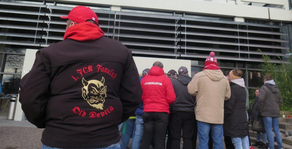 Zur Sondersitzung des Kaiserslauterer Stadtrats in Sachen Stadionpacht des FCK kamen zahlreiche Fußballfans ins Rathaus. (Quelle: Andreas Erb)
