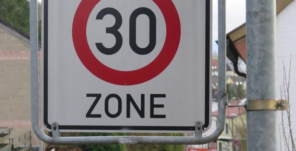 Der Hessische Städtetag fordert mehr Entscheidungskompetenz für Städte bei der Steuerung der Verkehrsgeschwindigkeit; hier eine Tempo-30-Zone. (Quelle: Andreas Erb)
