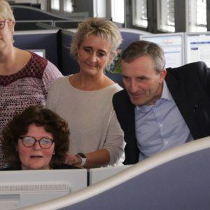 OBM Thomas Geisel (rechts) informiert sich über das Infotelefon zum Coronavirus in Düsseldorf. (Quelle: Landeshauptstadt Düsseldorf/Ingo Lammert)