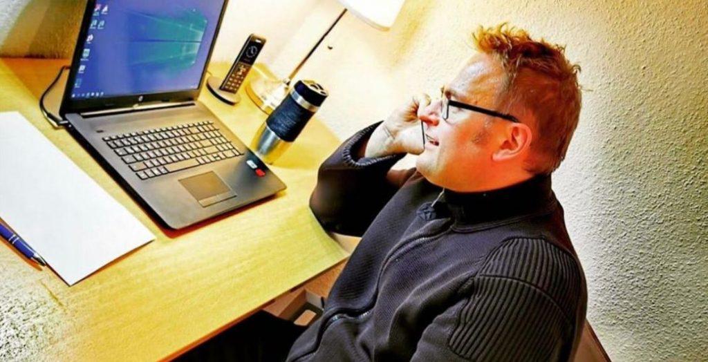 Wegen des Coronavirus in häuslicher Isolation: der Pirmasenser OBM Markus Zwick im Home Office. (Quelle: Stadt Pirmasens)