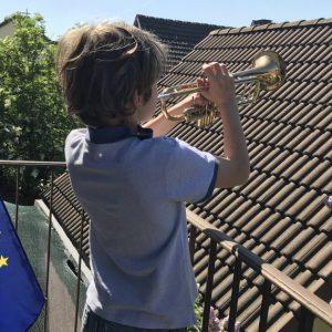 Musik von Balkonen und aus Fenstern: In Karlsruhe erkling die Europahymne zum Europatag. (Quelle: Stadt Karlsruhe/SAM)