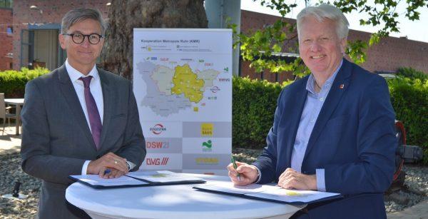 Bei der Unterzeichnung des Elf-Punkte-Plans für den ÖPNV: Stadtwerke-FInanzvorstand Jörg Jacoby und und OBM Ulrich Sierau aus Dortmund (Quelle: Stadt Bochum/Andre Grabowski)
