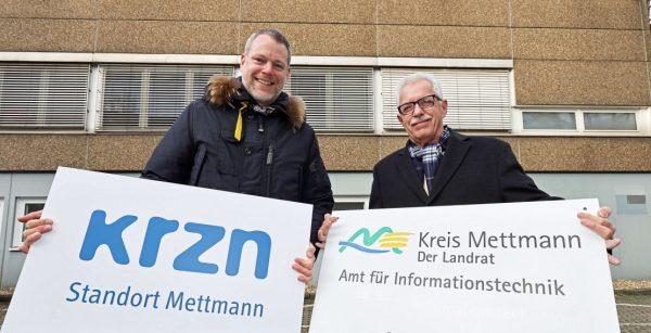 Besiegelten 2019 die Integration des Landkreises Mettmann ins KRZN: Landrat Thomas Hendele (rechts) und Verbandsvorsteher Andreas Coenen. (Quelle: KRZN/Alois Müller)