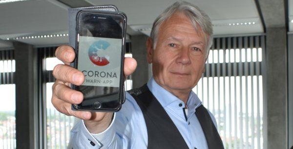Hat die Corona-Warn-App auf seinem Handy installiert und fordert die Bürger dazu auf, seinem Beispiel zu folgen: OBM Klaus Weichel aus Kaiserslautern. (Quelle: Stadt Kaiserslautern)