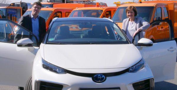 In Flensburg unterwegs mit dem Wasserstoffauto: OBM Simone Lange mit dem Geschäftsführer des Technischen Betriebszentrums Heiko Ewen. (Quelle: Stadt Flensburg/Picasa)