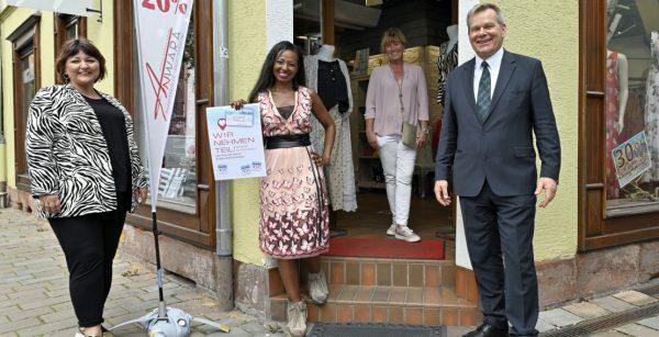 Rund 550 Läden nahmen an der Marburger Stadtgeldaktion teil, darunter auch dieses Geschäft; hier beim Besuch von OBM Thomas Spies. (Quelle: Stadt Marburg/Georg Kronenberg)
