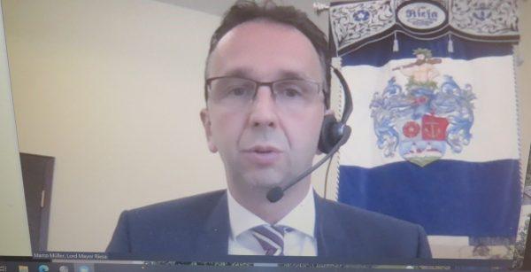 Aus Riesa in die Welt: OBM Marco Müller nahm an der virtuellen Bürgermeisterkonferenz teil. (Quelle: Andreas Erb)