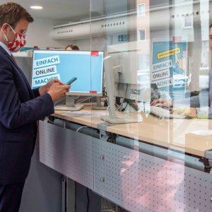 """Zwischen virtuellem und realem Rathaus: Eröffnung der Servicestelle """"Mein Nürnberg"""". (Quelle: Stadt Nürnberg/Christine Dierenbach)"""
