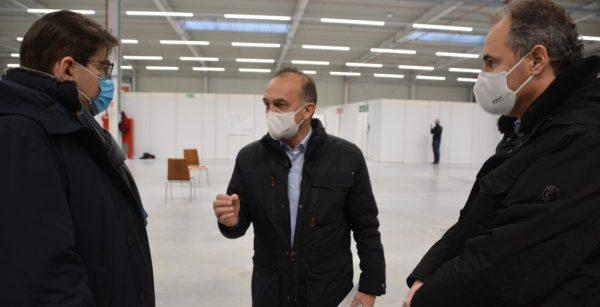 OBM Thomas Hirsch mit den Landräten Fritz Brechtel und Dietmar Seefeldt (von links) vor Ort im neuen Impfzentrum in Wörth. (Quelle: Landkreis Germersheim)