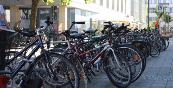 Fahrräder auf dem Hugenottenplatz in Erlangen (Quelle: Stadt Erlangen)