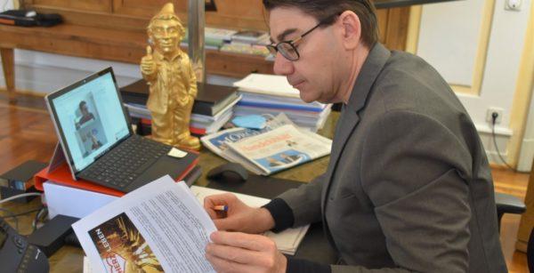 In Sorge um die City: OBM Thomas Hirsch unterzeichnet die Petition #StadtHerzLeben. (Quelle: Stadt Landau)